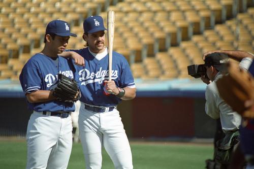 ドジャース時代の野茂英雄氏(左)とマイク・ピアザ氏(1996年6月11日撮影)