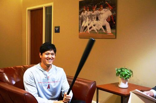 エンゼルスタジアムのインタビューで、バットを手に笑顔を見せる大谷