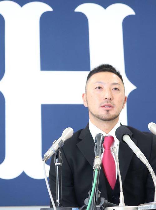 残留会見する広島菊池涼介内野手(撮影・前原淳)