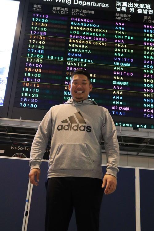 6日、成田空港から渡米する筒香