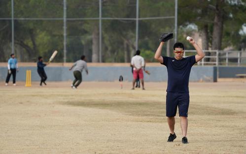 アリゾナの公園でクリケットを楽しむ若者を横目に自主トレをするマリナーズ菊池(撮影・菅敏)