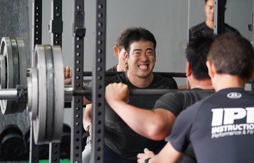 自主トレをするマリナーズ菊池は、150キロの重りを付けリフティングをする(撮影・菅敏)