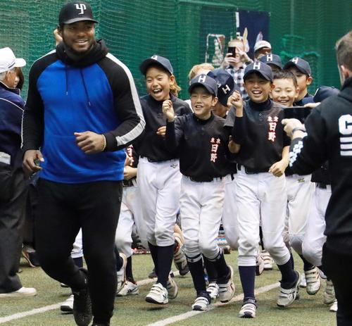 参加した少年選手たちを引き連れランニングするヤシエル・プイグ(撮影・中島郁夫)