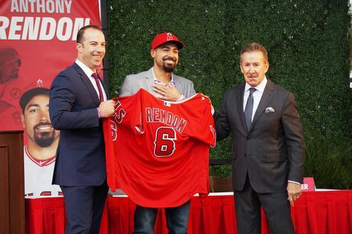 エンゼルスタジアムで入団会見を行ったレンドン。左はエプラーGM、右はモレノ球団オーナー