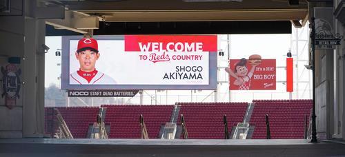 レッズの本拠地グレートアメリカンボールパークの電光掲示板には秋山の写真と入団を歓迎する文字が映し出される(撮影・菅敏)