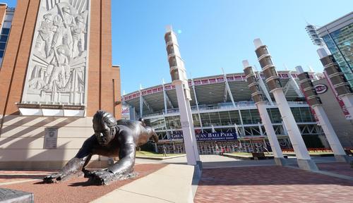 レッズの本拠地グレートアメリカンボールパークの前に設置されているピート・ローズ氏の銅像(撮影・菅敏)
