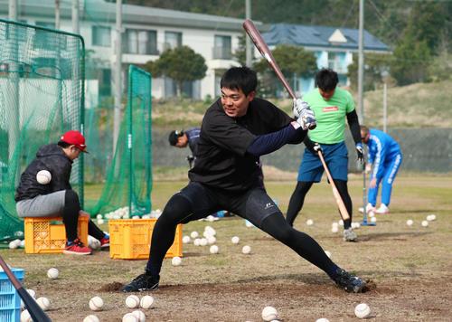 精力的に打撃練習を行うレッズ秋山(撮影・足立雅史)