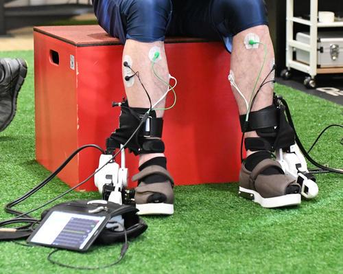 公開自主トレで、足にHALを装着するドジャースの前田健太(撮影・酒井清司)