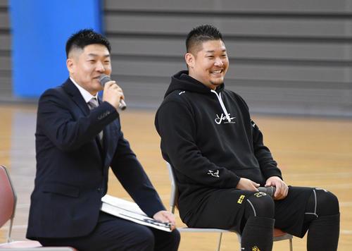 レイズ筒香(右)にそっくりの兄裕史さんの司会でトークショーが行われた(撮影・渦原淳)