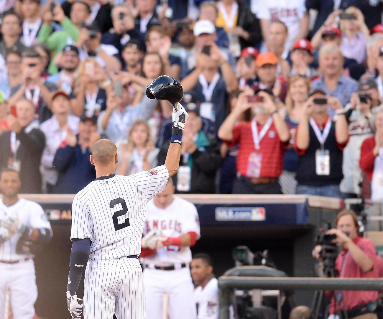 最後の球宴で初回、打席に入ったヤンキース・デレク・ジーターは、スタンドのファンの拍手にヘルメットを取って応える(2014年7月15日撮影=菅敏)