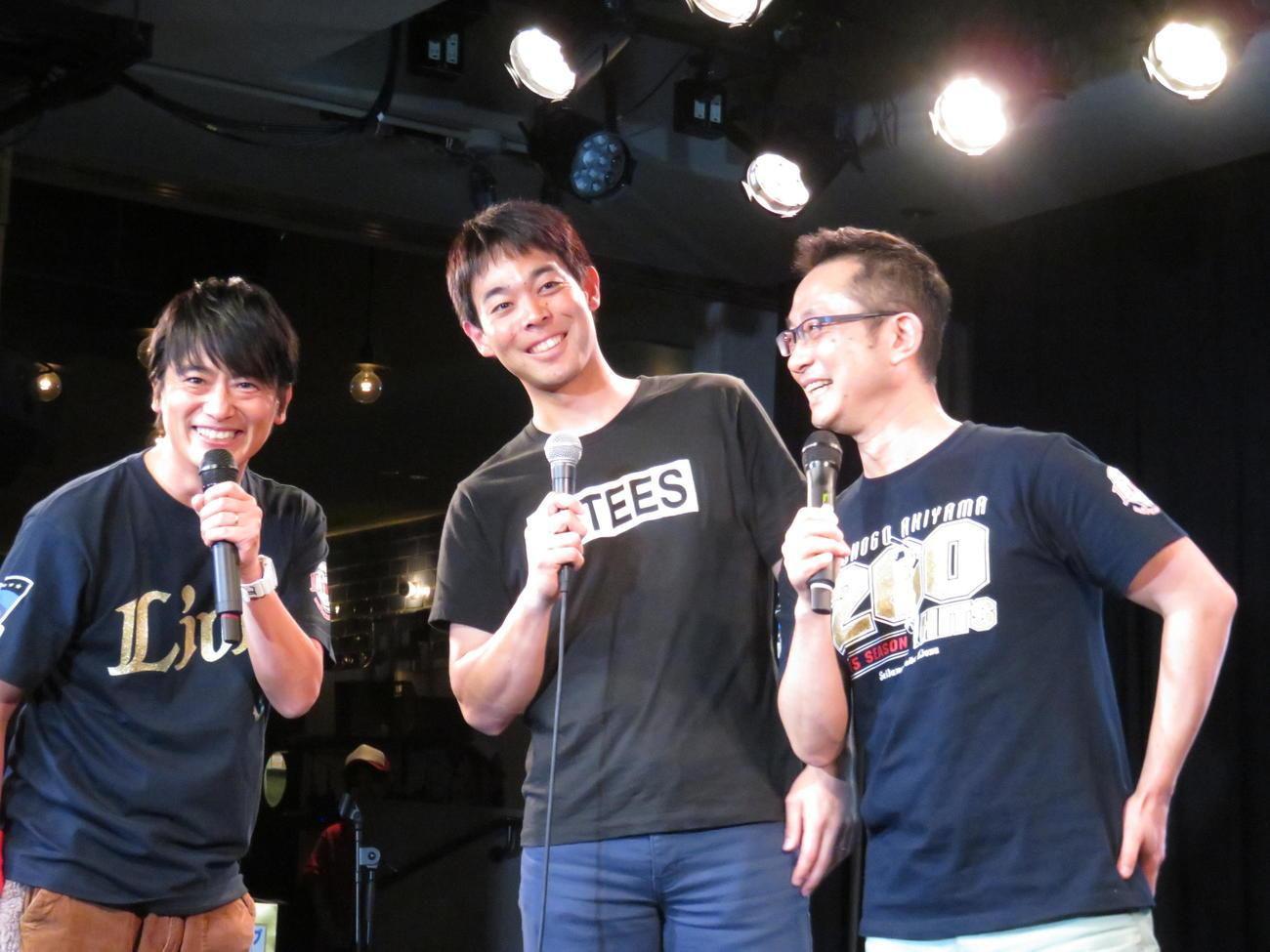 トークショーで笑顔を見せるレッズ秋山(中央)。司会をする左からあさりど堀口と1人おいて文化放送の斉藤アナ(撮影・栗田成芳)