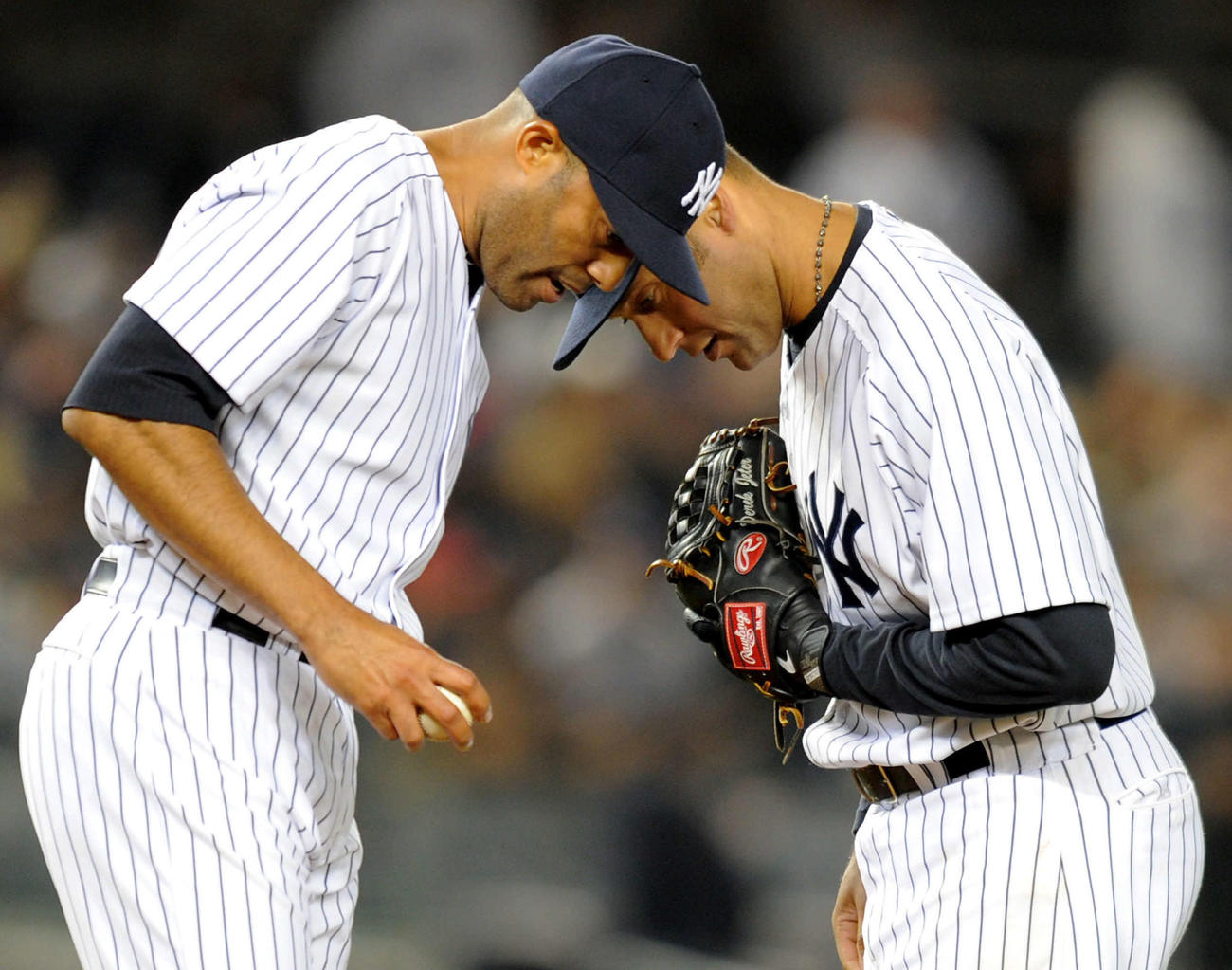ヤンキース時代、マリアノ・リベラ(左)の元へ行って耳打ちするデレク・ジーター(2011年4月4日)