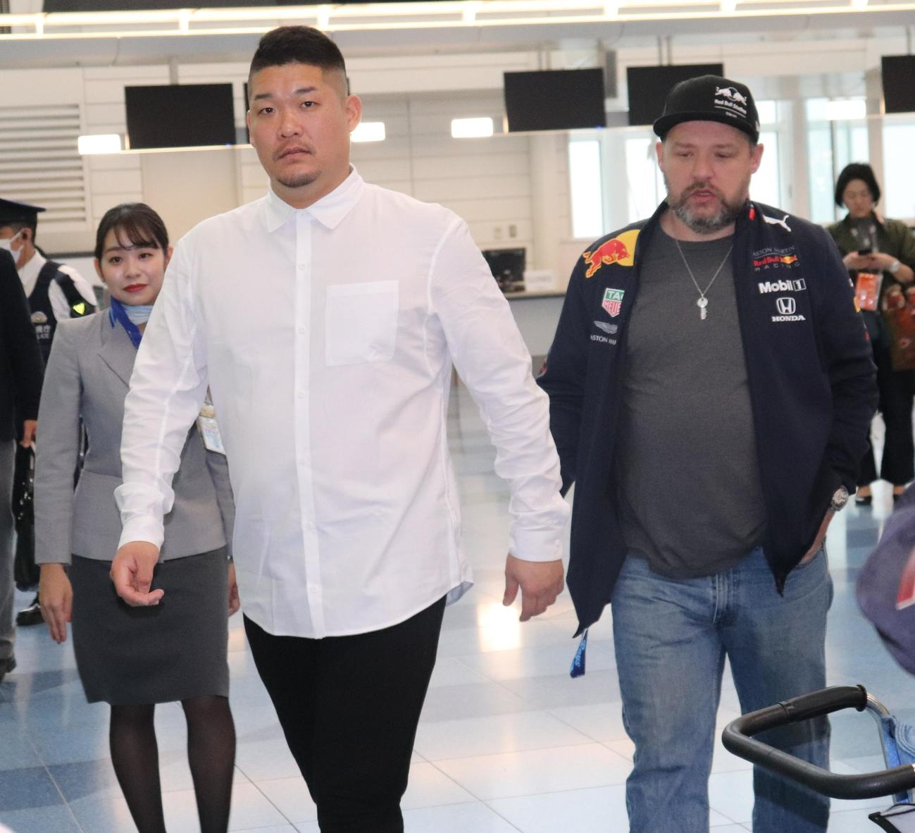 米国へ出発するため、羽田空港に到着したレイズ筒香(左)(撮影・古川真弥)
