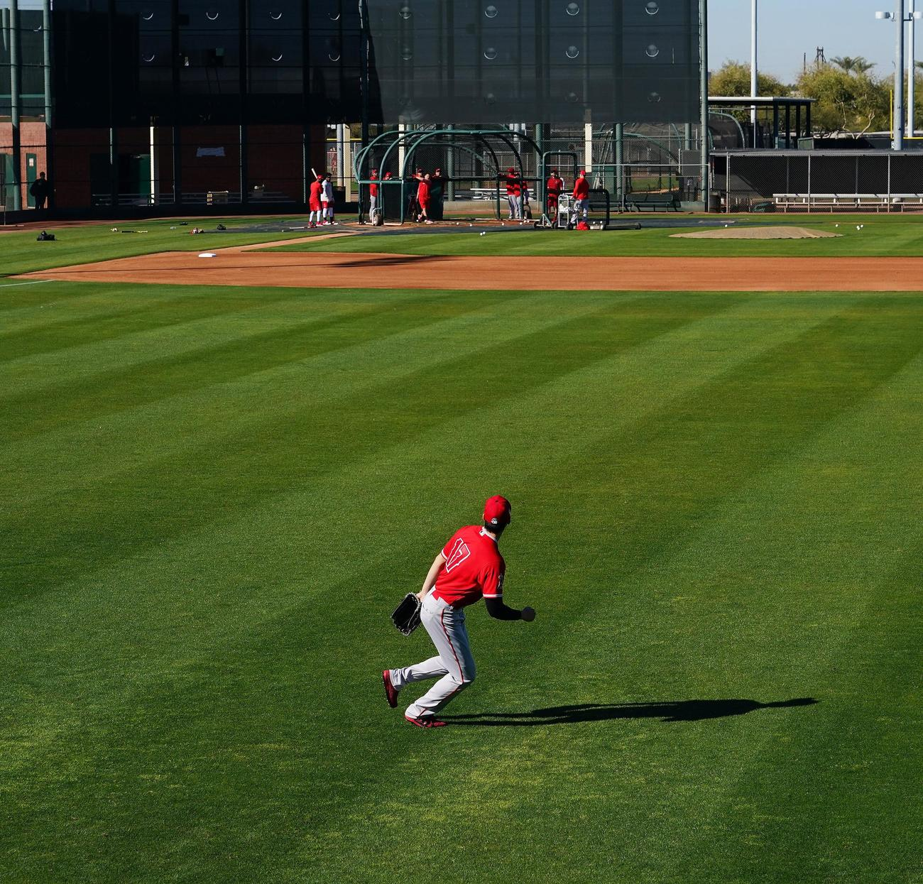 右翼の守備位置でキャッチボールをするエンゼルス大谷(撮影・菅敏)
