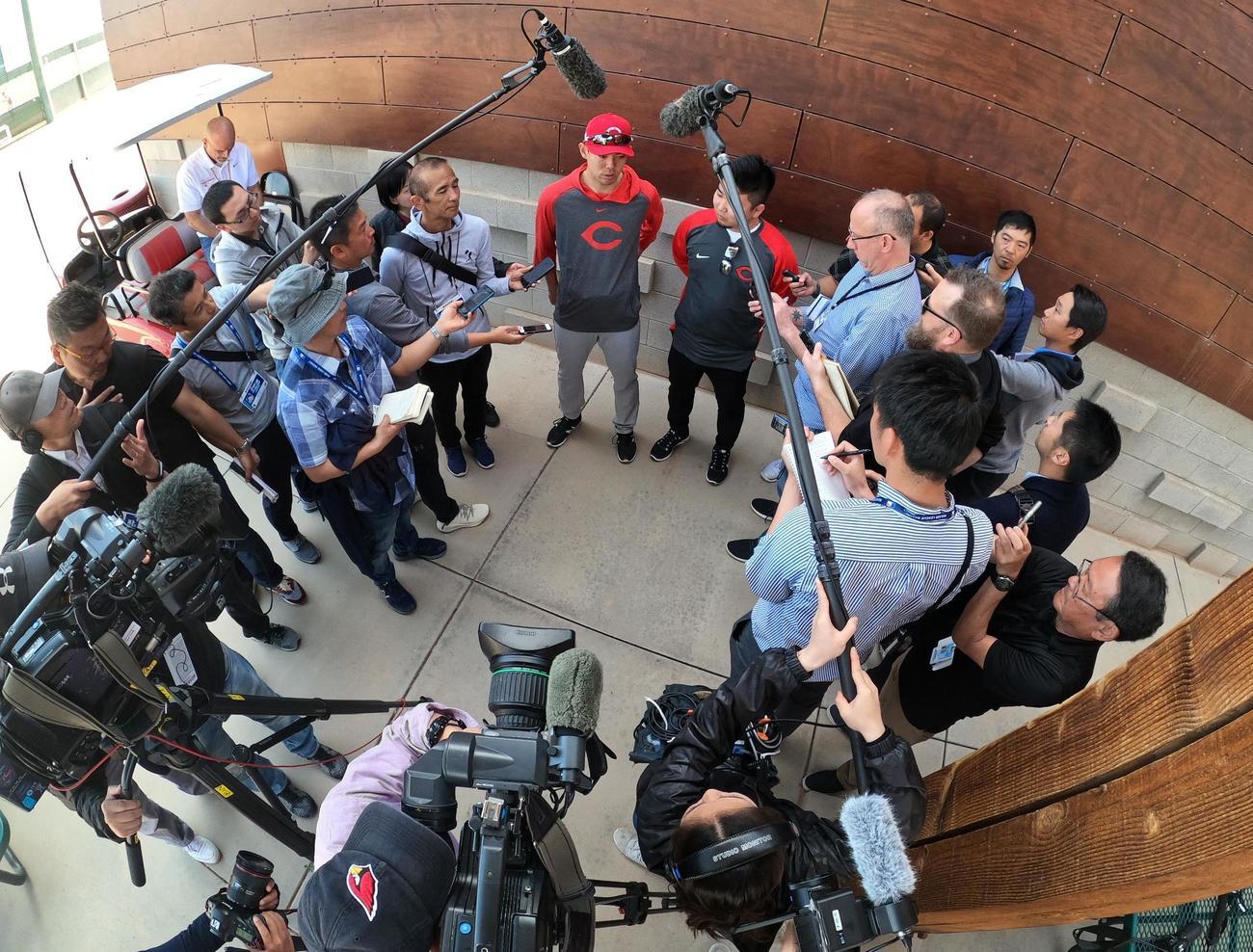 キャンプ初日を終え、報道陣に囲まれ、質問に答えるレッズ秋山(撮影・菅敏)