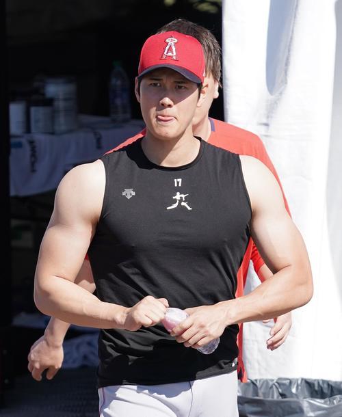 ウエートトレーニングを終え、タンクトップ姿で筋肉ムキムキのエンゼルス大谷(撮影・菅敏)