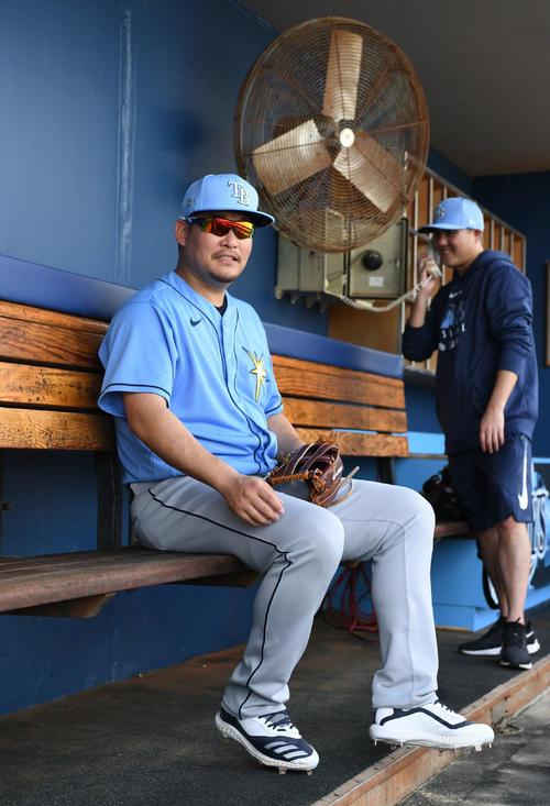 守備練習にチームメートが来ないためベンチに腰を下ろすレイズ筒香(撮影・山崎安昭)