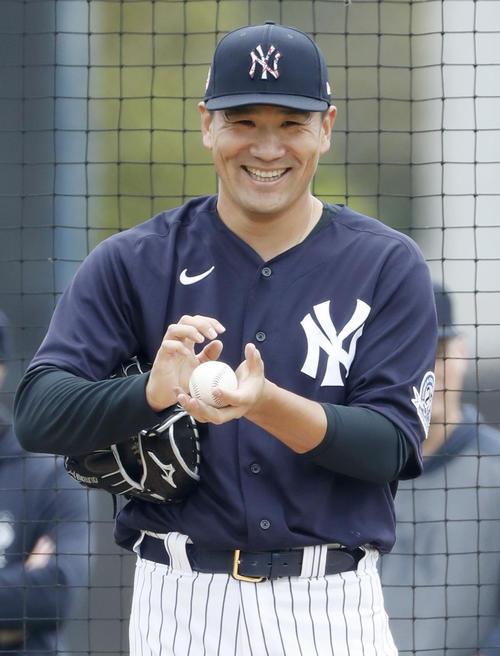 対戦形式の練習に登板し、笑顔を見せるヤンキース田中(共同)