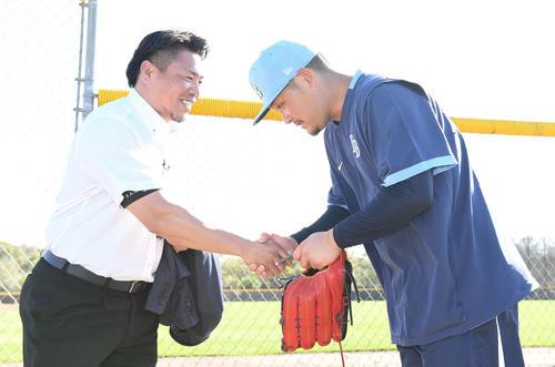 レイズ筒香(右)は取材で訪れた岩村氏にあいさつする(撮影・山崎安昭)