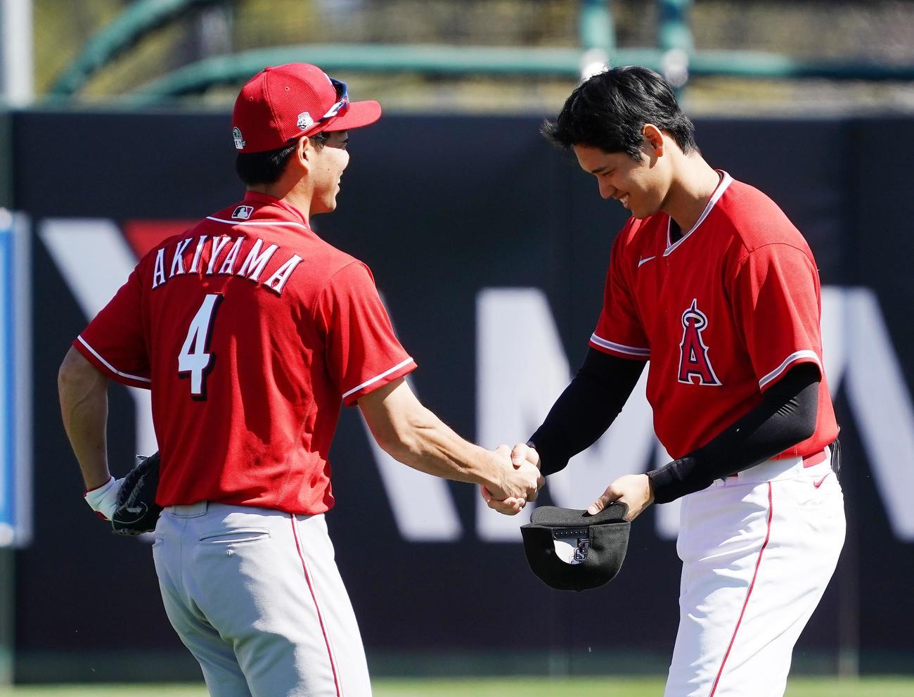 オープン戦に今季初出場し、試合前にレッズ秋山(左)に握手であいさつするエンゼルス大谷(撮影・菅敏)