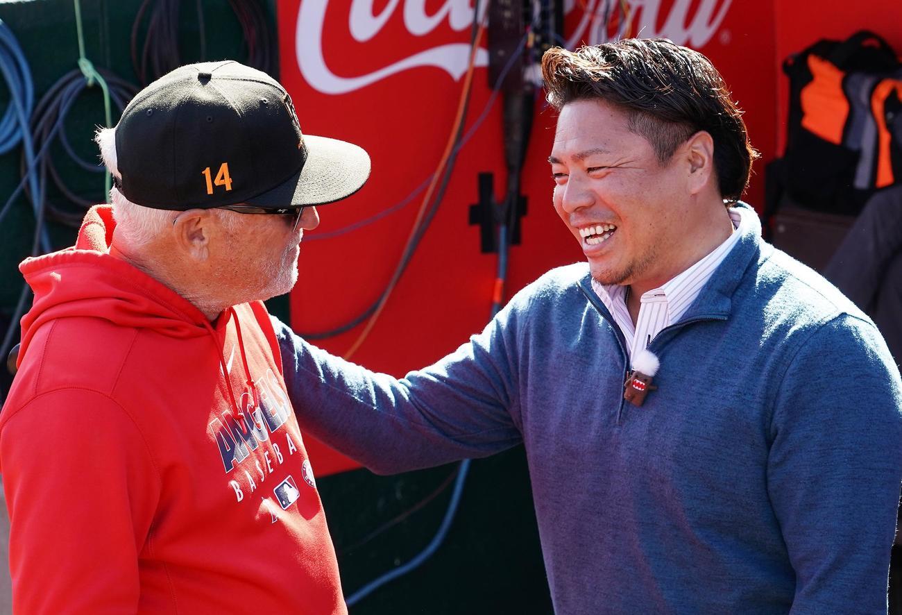 エンゼルスのキャンプ地を訪れ、再会したマドン監督(左)と笑顔で話す岩村氏(撮影・菅敏)