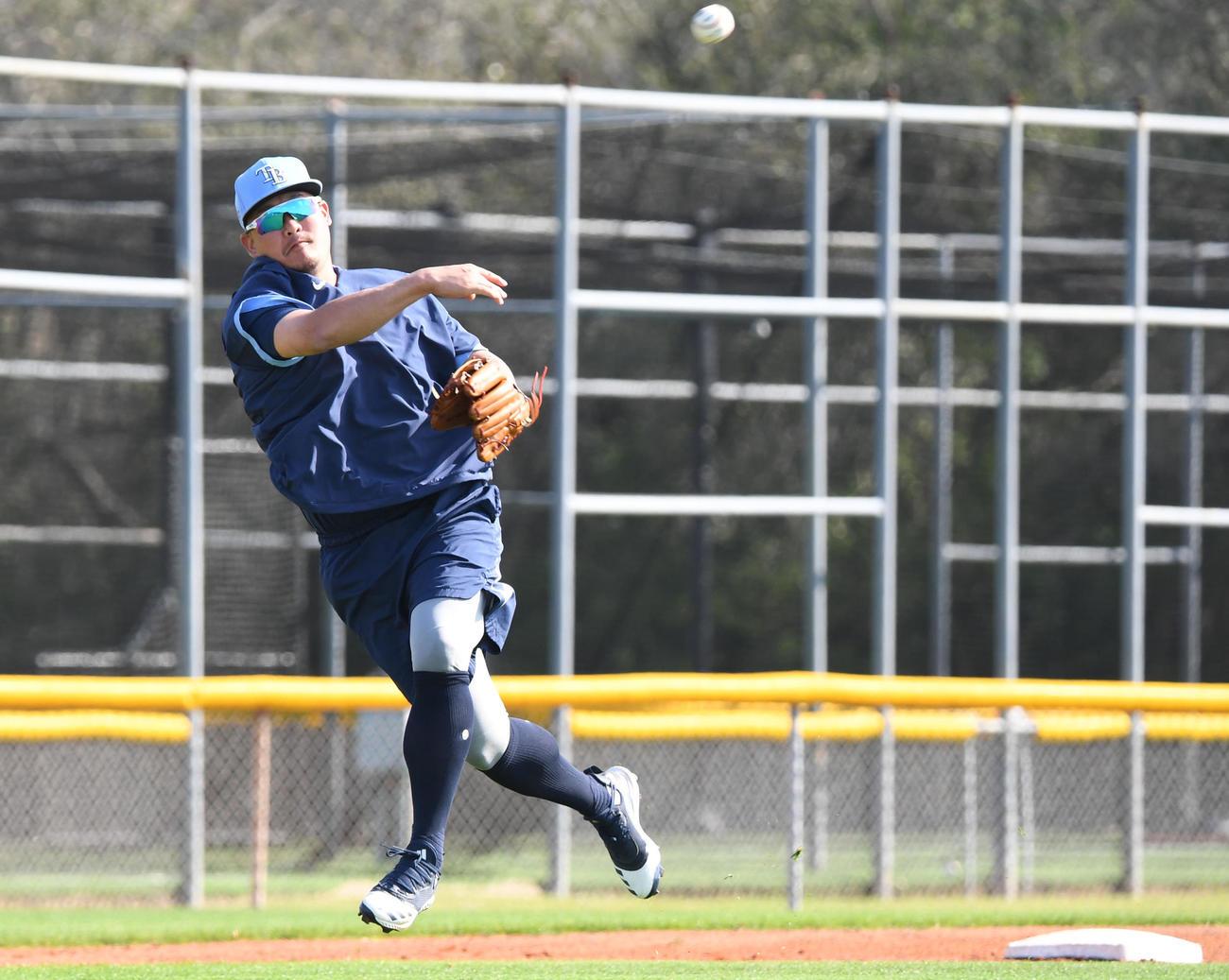 ノックでレイズ筒香は三塁前方のゴロを素手で捕球し一塁へ送球する(撮影・山崎安昭)