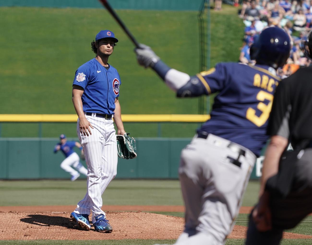 ブルワーズとのオープン戦に今季初登板し、初回、先頭打者アルシアに本塁打を打たれるカブス・ダルビッシュ(撮影・菅敏)