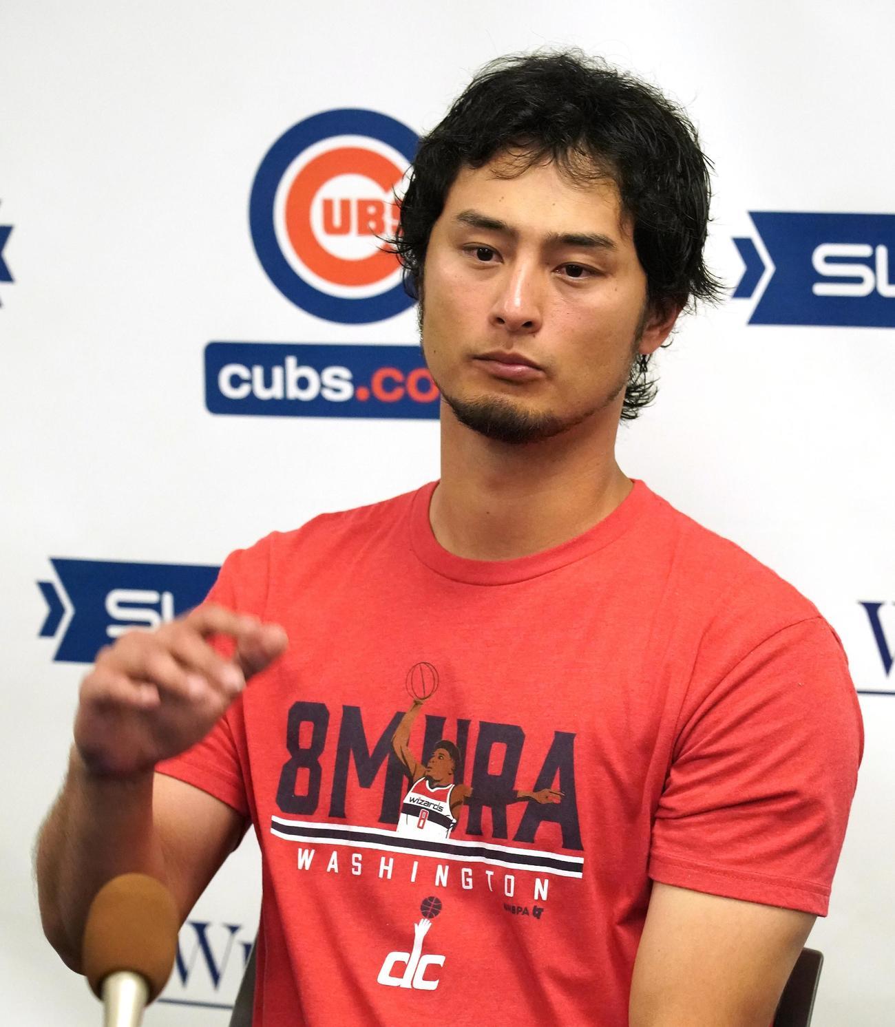 オープン戦の出場を終え、八村塁Tシャツを着て会見するカブス・ダルビッシュ(撮影・菅敏)
