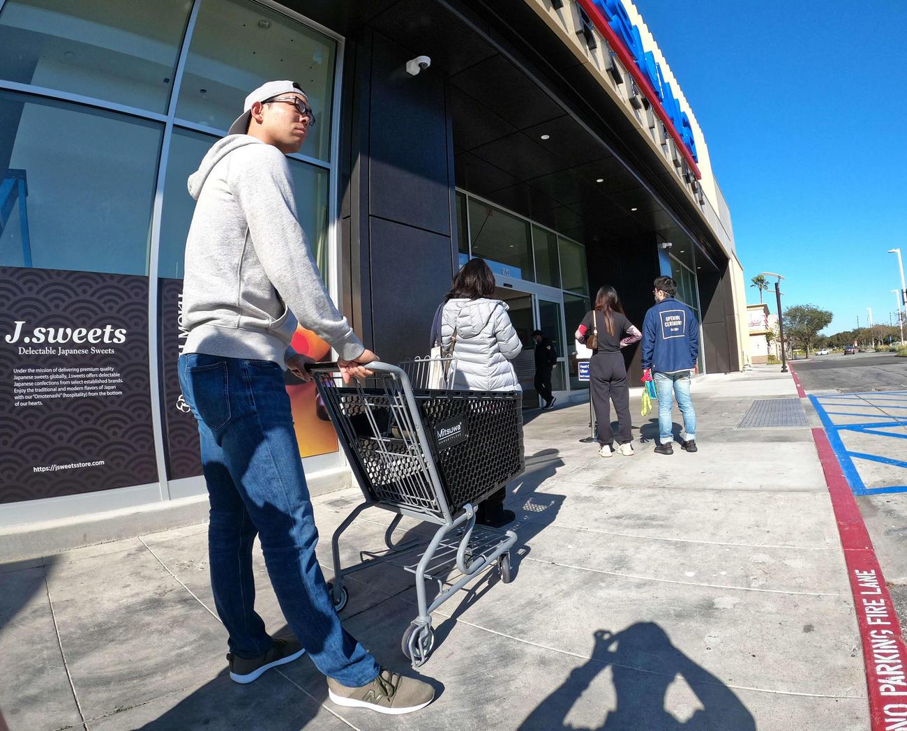 入場制限されたカリフォルニアのスーパーマーケットで1・8メートルの「社会的距離」を空けて列に並ぶレッズ秋山(本人提供)