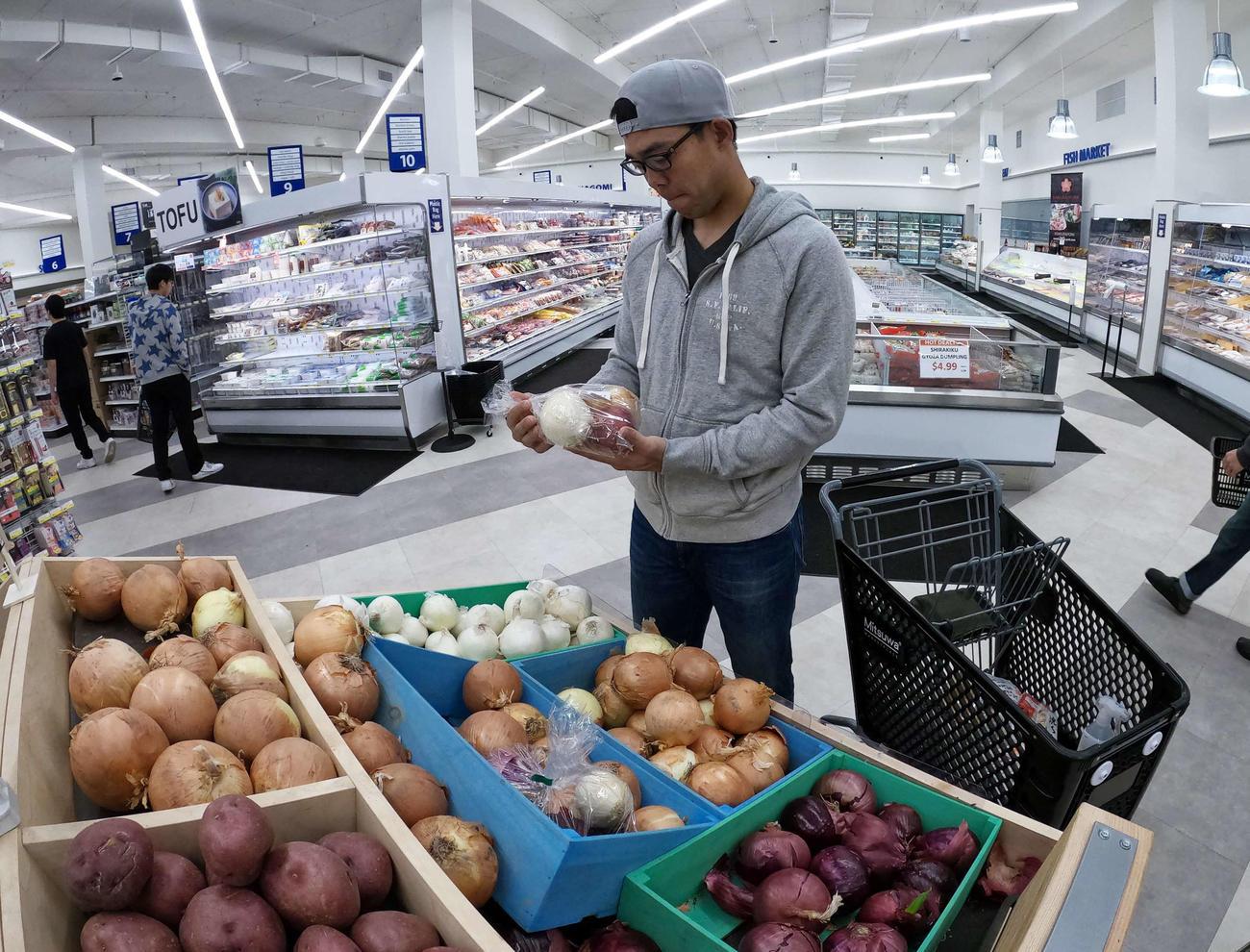 滞在先のカリフォルニアのスーパーマーケットで買い物するレッズ秋山(本人提供)