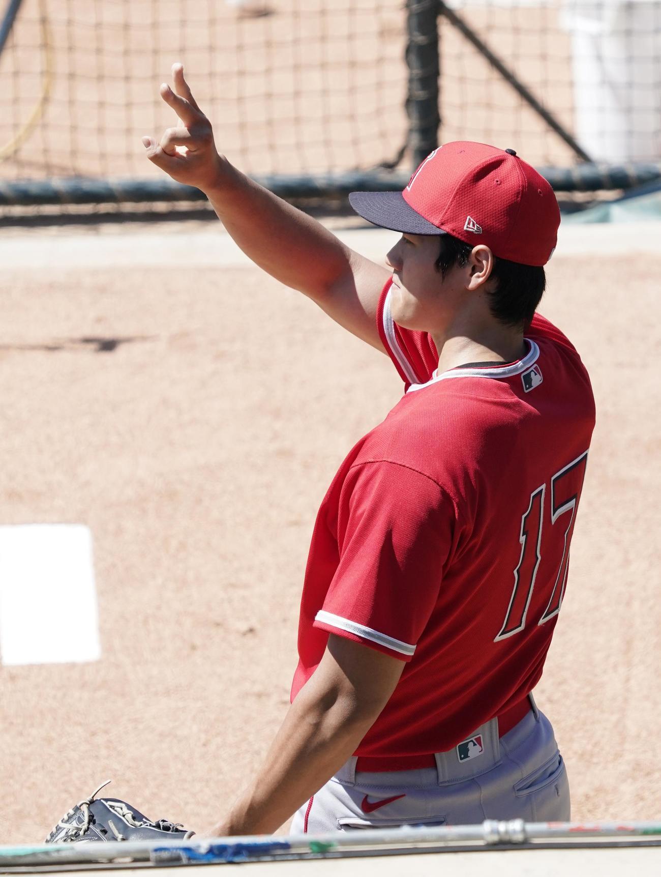 サマーキャンプ初日、ブルペンでの投球練習の合間に捕手に指示を出すエンゼルス大谷(撮影・菅敏)