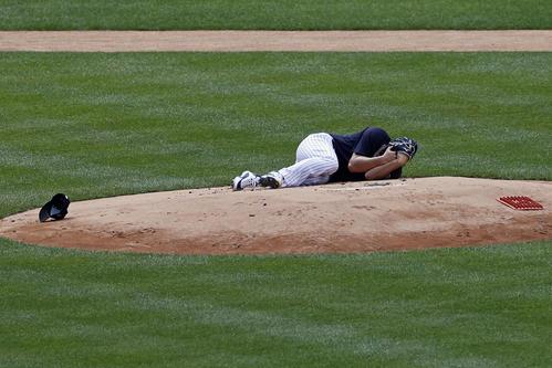 スタントンの打球を頭部に受け倒れ込む田中(AP)