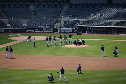 打球が右後頭部付近に直撃し手当てを受ける田中将大と見守るヤンキース選手ら(ロイター)