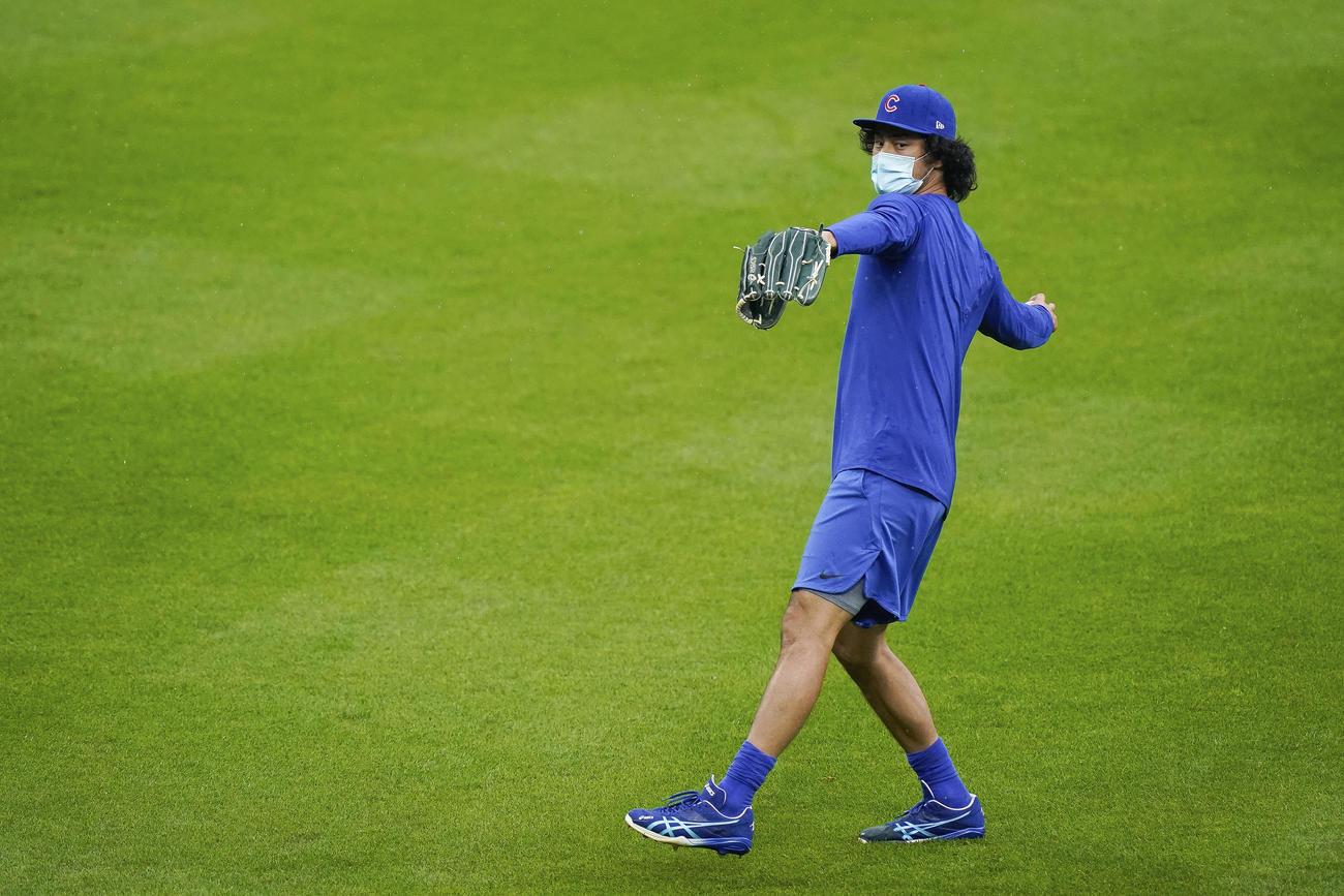 マスクをしながらキャッチボールを行ったダルビッシュだがその後降雨中止に(AP)