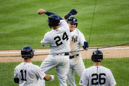 2回、満塁弾を放ち喜ぶヤンキースのウルシェラら(AP)