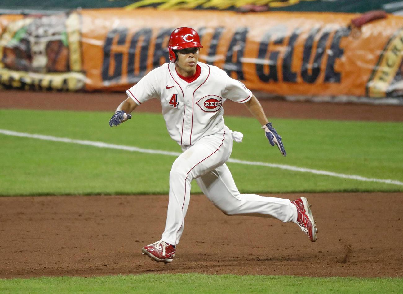 インディアンス戦の6回、左前打で出塁後、一塁からスタートを切るしぐさを見せるレッズ・秋山=シンシナティ(共同)