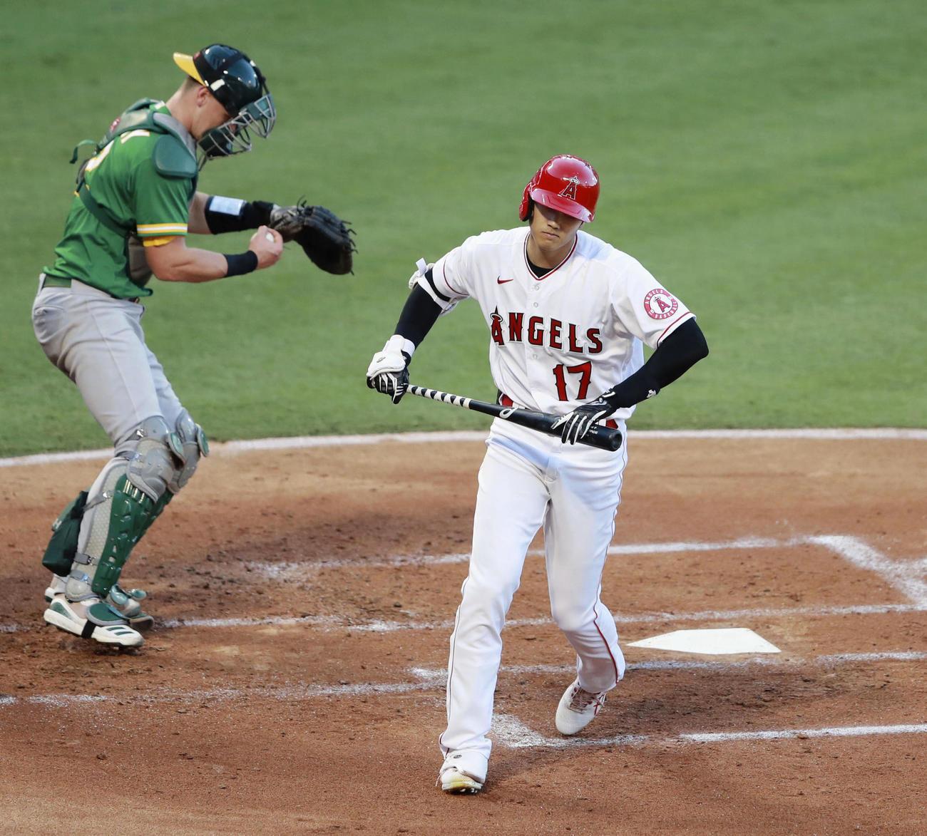 アスレチックス戦の1回、四球を選び一塁へ向かうエンゼルス大谷(共同)