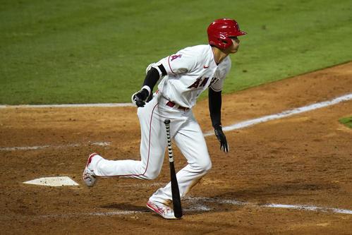 第3打席で二塁打を放つ大谷(AP)