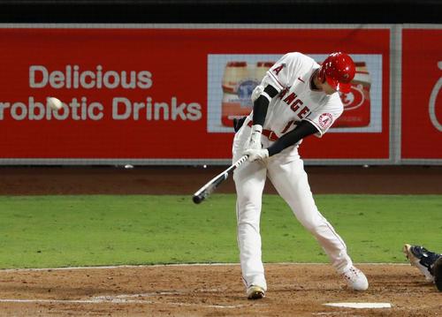 マリナーズ戦の4回、今季初本塁打となる逆転3点本塁打を放つエンゼルス大谷(共同)