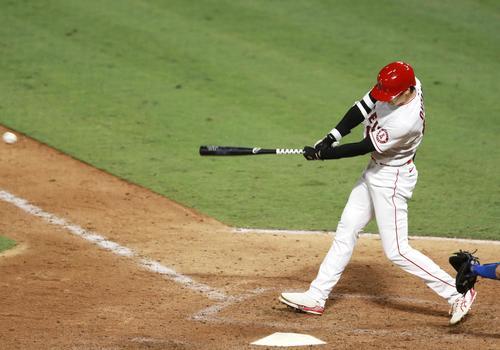 ドジャース戦の9回、左翼に二塁打を放つエンゼルス大谷(共同)