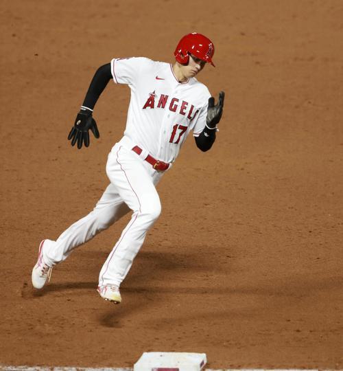 ドジャース戦の9回、二塁打で出塁後、グッドウィンの適時打で三塁を回るエンゼルスの二走大谷(共同)
