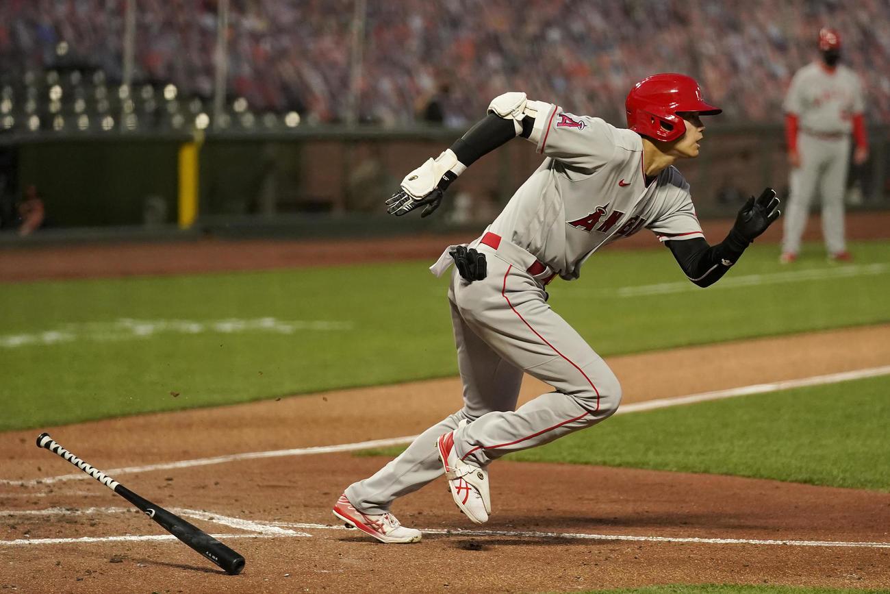 4回、投ゴロを放ち一塁へ走る大谷(AP)