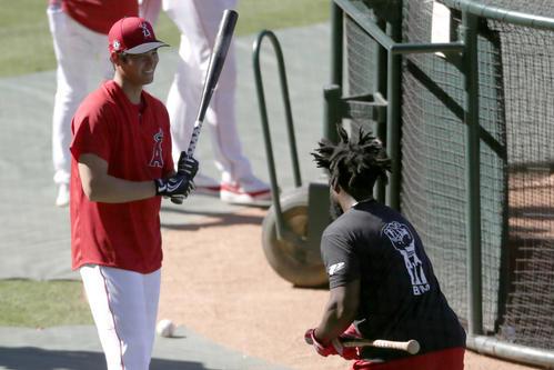 試合前にグッドウィン(右)と談笑するエンゼルス大谷(AP)