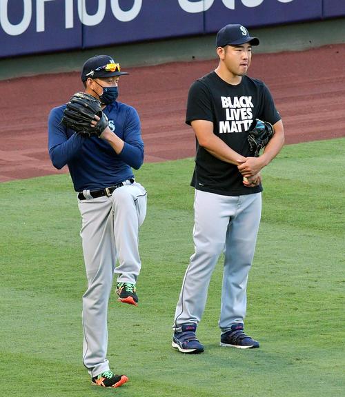 試合前の練習で言うマリナーズ平野(左)と菊池(共同)
