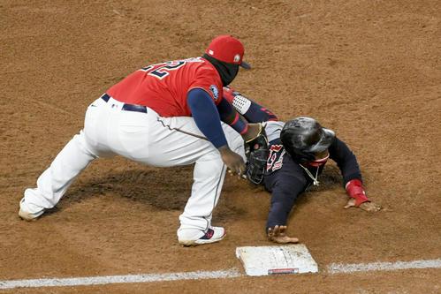 6回無死一塁、けん制死する一塁走者リンドア。一塁手サノ(AP)