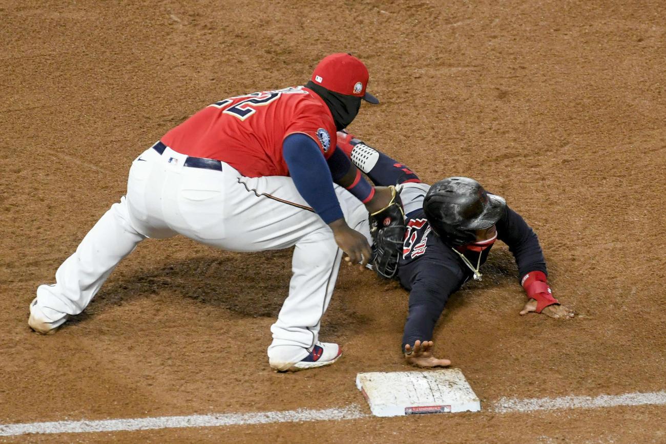 ツインズ-インディアンス戦の6回、一塁へのけん制球でアウトになるインディアンスのリンドア(右)(AP)