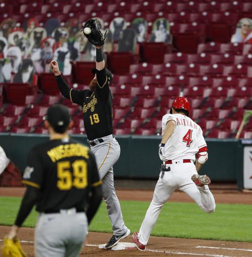 4回、三塁への内野安打で一塁へ駆け込むレッズ秋山(4)(共同)