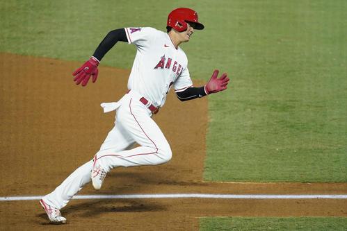 5回、一塁走者の大谷は三塁を回って本塁へ向かう(AP)