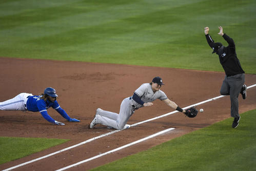 1回裏、ヤンキースは捕手が一塁けん制悪送球。この間に三塁走者が生還(AP)