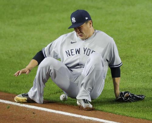 ブルージェイズ戦の3回、グリエルの三塁線への打球を捕りにいき、尻もちをつくヤンキース田中。内野安打となる(ゲッティ=共同)
